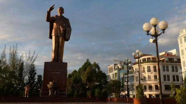 Tượng Chủ tịch Hồ Chí Minh ở TP. Cần Thơ. Các tỉnh, thành đã đề xuất xây thêm 58 tượng trong Quy hoạch tượng đài Chủ tịch Hồ Chí Minh đến năm 2030.