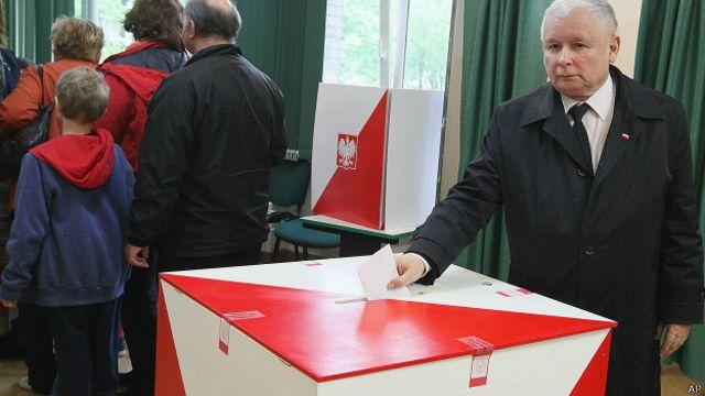 Ярослав Качиньский опускает бюллетень в урну 24 мая 2015 года