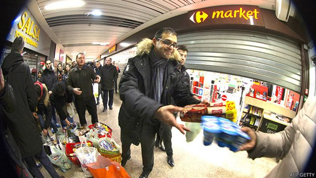 Arash Derambarsh recogiendo donaciones de alimentos