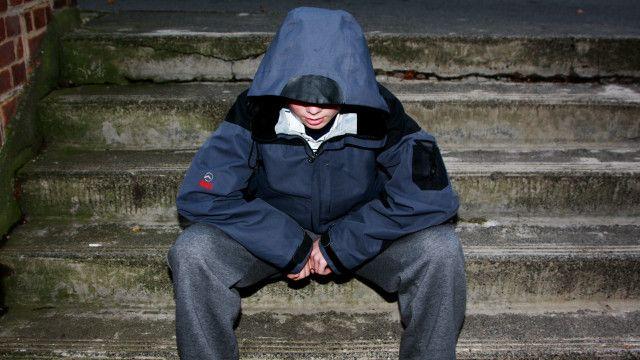 Di Inggris, orang tua yang anaknya membolos sekolah, dapat dikendai denda dan sanksi pidana.