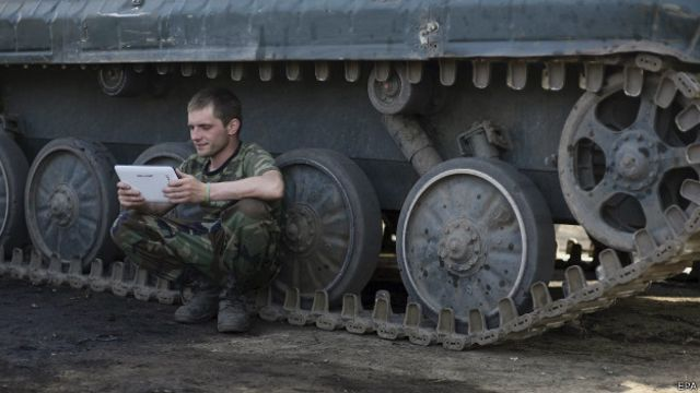 Солдат у танка