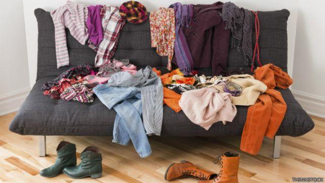 Una sofá lleno de ropa