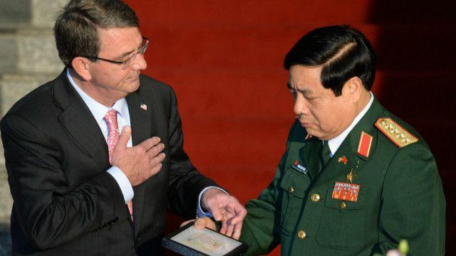 Bộ trưởng Quốc phòng Mỹ Ashton Carter trao lại kỷ vật chiến tranh của liệt sỹ quân đội Bắc Việt cho người đồng nhiệm Việt Nam, Đại tướng Phùng Quang Thanh.
