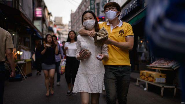韓國首爾弘大地區街頭一對情侶帶著口罩逛街(7/6/2015)