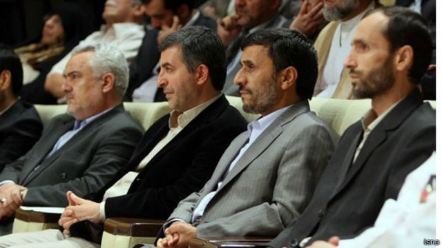 از راست حمید بقایی، محمود احمدی نژاد، اسفندیار رحیم مشایی و محمدرضا رحیمی