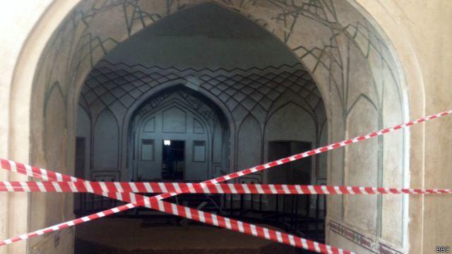 دلی دروازے کی شاہی گزرگاہ میں جڑا پہلا نگینہ مغلیہ دور کا یہ حمام ہی ہے جو سنہ 1634 میں شاہ جہاں کے گورنر وزیرخان نے عام لوگوں اور مسافروں کے لیے تعمیر کروایا