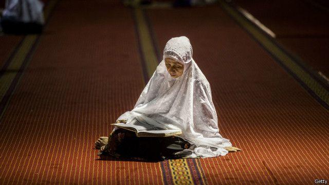 Kedatangan Islam ke wilayah Nusantara melalui proses pembahasaan dan pribumisasi sehingga Islam menjadi tertanam dalam budaya Indonesia.