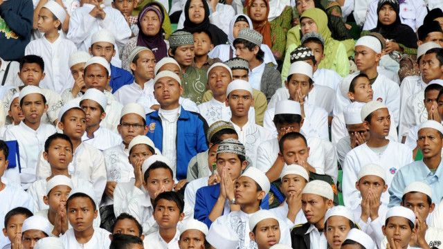 Ketika awal mula dikampanyekan, muncul dukungan terhadap model Islam Nusantara yang disuarakan kelompok atau tokoh perorangan Islam yang berpaham moderat.