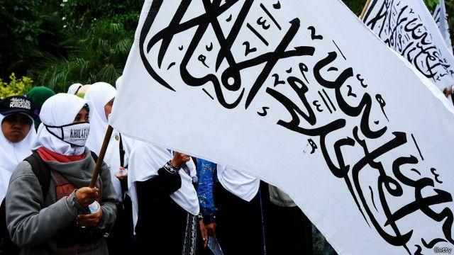 Organisasi Hizbut Tahrir Indonesia juga mempertanyakan sikap yang memperhadapkan konsep Islam Nusantara dengan Islam di Timur Tengah yang dianggap tidak tepat.