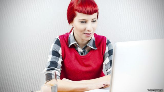 Mujer frente a una computadora