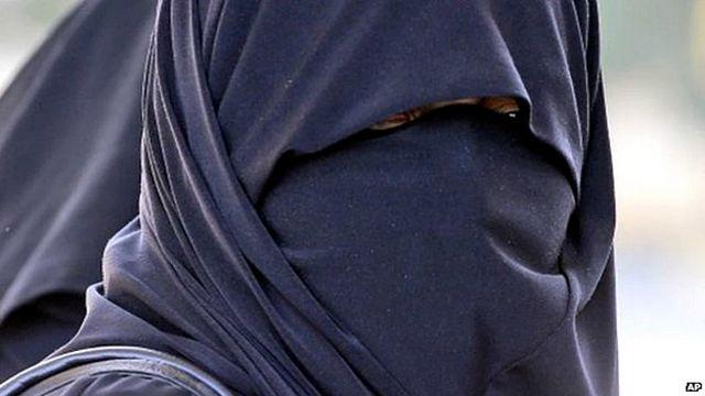 پس از آن که دست کم چهل نفر در یک بمب گذاری انتحاری در ماه گذشته در چاد کشته شدند، مقامهای این کشور پوشیدن برقع برای زنان را ممنوع اعلام کردند
