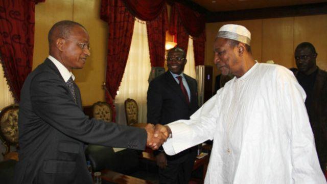 Le chef de l'UFDG, Cellou Dalein Diallo (G) et Alpha Condé lors d'une récente rencontre à Conakry