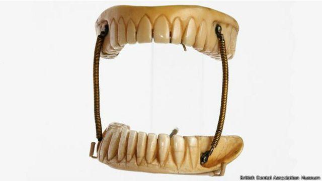 Las dentaduras eran ingeniosas para la época, pero no parecen muy cómodas.
