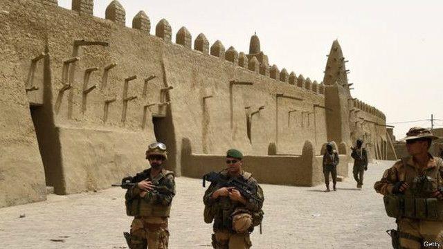 يسير الجنود الفرنسيون دوريات أمنية في مدنية تمبكتو بعد العملية العسكرية في عام 2013