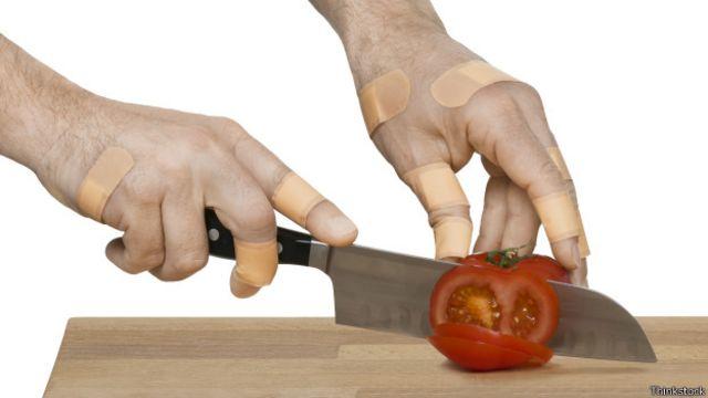 Hombre cortando un tomate