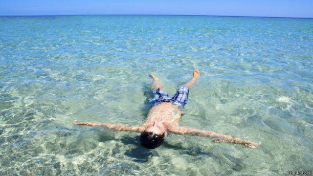 Hombre tomando el sol en el agua