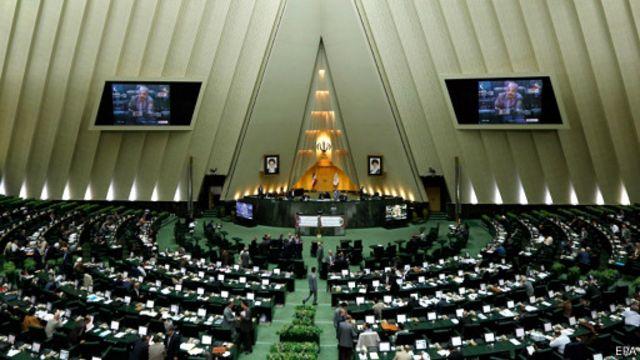 گفته شده که طرح اولیه مجلس پس از تعدیلاتی به مذاکره و رایگیری گذاشته شد