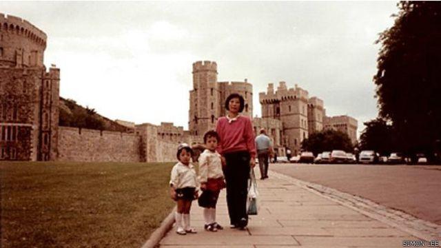 Simon Lee con su familia en Inglaterra