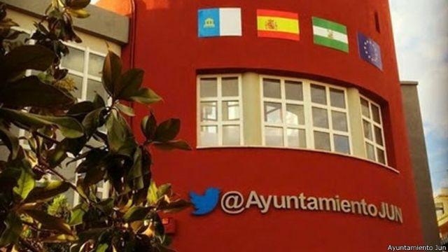 El ayuntamiento de Jun luce orgulloso el pájaro Larry en su fachada.