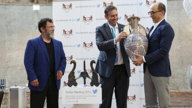 La iniciativa del alcalde (centro, recibiendo el galardón) ha sido reconocida.