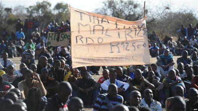 كان عمال المنجم في اضراب مطالبين برفع أجورهم