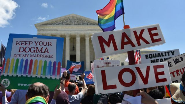 تمایز بین قوانین ایالت های مختلف سردرگمی و هرج و مرج زیادی به وجود آورده بود به خصوص برای زوج های همجنسی که در ایالت های دیگر رسما ازدواج کرده بودند ولی ایالت محل سکونت آنها این پیوند قانونی را به رسمیت نمی شناخت. همین شرایط زمینه شکایتی بود که برای تصمیم گیری نهایی به دیوان عالی آمریکا ارجاع شد.