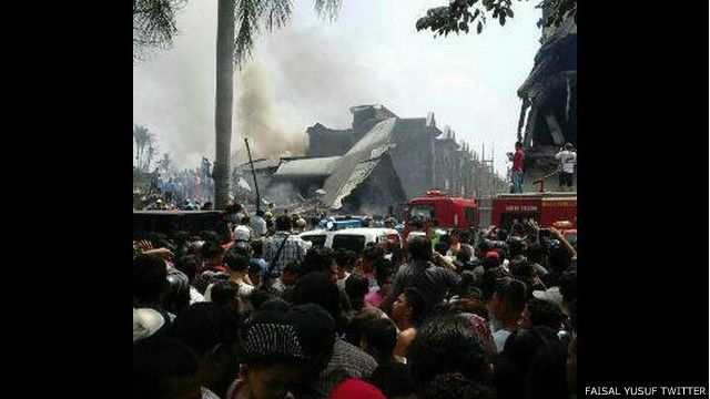 Pesawat Hercules jatuh dekat di dekat Lanud Soewondo, bekas Bandara Polonia Medan.