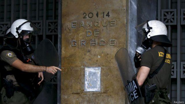 Policías frente a la sede del Banco de Grecia.
