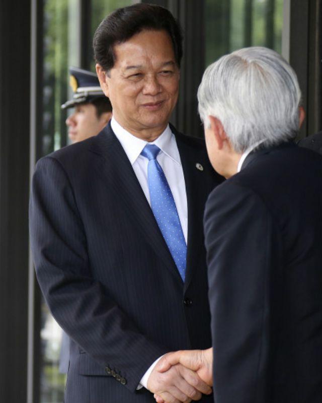 Nhật hoàng Akihito đưa tiễn Thủ tướng Nguyễn Tấn Dũng sau buổi tiệc trà hôm 3/7