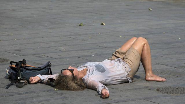 Mujer descansando por el calor