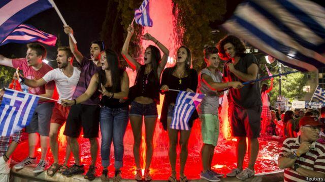 مخالفان پذیرش شرایط وامدهندگان، پیروزی خود را در همهپرسی یکشنبه جشن گرفتند