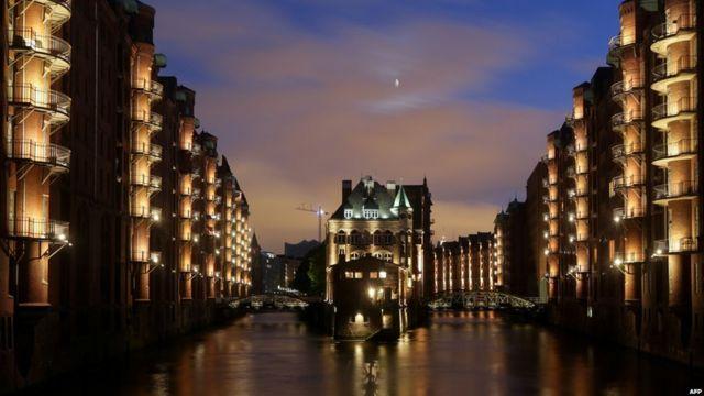 شباشرستادت في مدينة هامبورغ، أكبر مجمع تاريخي للمخازن في العالم، يشتهر بجسوره وقنواته ومبانيه القرميدية الحمراء.