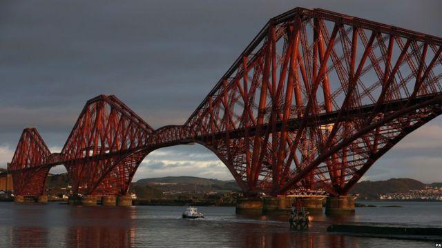 جسر فورث في اسكتلندا الذي انتهي منه عام 1890، وما زالت القطارات تسير فوقه لعبور نهر فورث حتى يومنا الحالي.