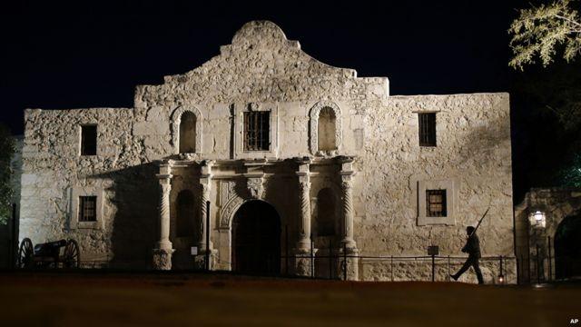 """وضعت آلامو، موقع معركة عام 1836 لحصول تكساس على الاستقلال، ومقر أربع إرساليات للرهبان الفرنشيسكان على القائمة """"لحفظها الباهر لتأثير الاستعماري الأسباني في العالم الجديد""""."""