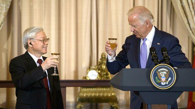 Phó Tổng thống Mỹ Joe Biden nâng cốc chúc mừng Tổng bí thư Nguyễn Phú Trọng.
