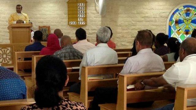 تستقبل كنيسة سانت ماري للروم الكاثوليك أكثر من 7000 شخص في قداس يوم الجمعة
