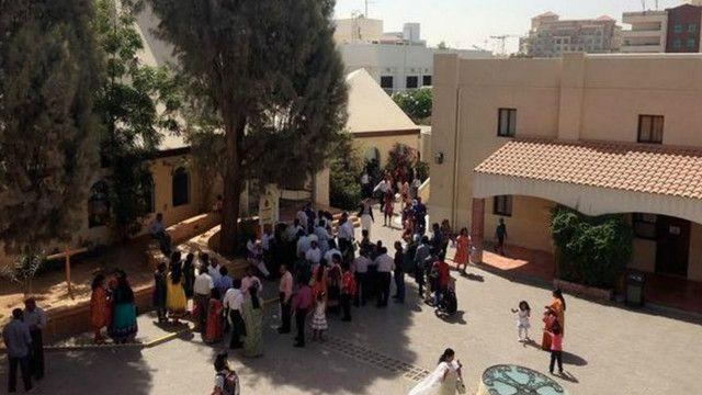 ينعم المسيحيون الباكستانيون بالأمان وحرية العبادة في الإمارات في حين يتعرضون للعنف وحرق الكنائس في باكستان