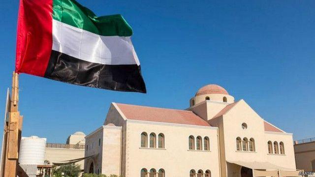 كنيسة يونانية أرثوذكسية في دبي حيث لا تسمح السلطات للكنائس بوضع صلبان في الخارج أو بالأعلى