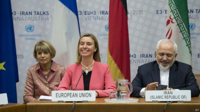 """وصفت منسقة الشؤون الخارجية في الاتحاد الأوروبي فيديريكا موغريني (في وسط الصورة) الاتفاق بأنه """"إشارة أمل للعالم بمجمله"""""""