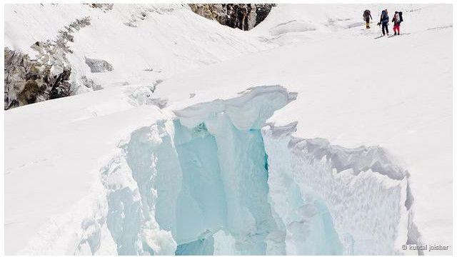 زلزلے کے بعد ایورسٹ پر برف کے تودے گرنے سے تمام رسیاں اور سیڑھیاں تباہ ہو گئی تھیں