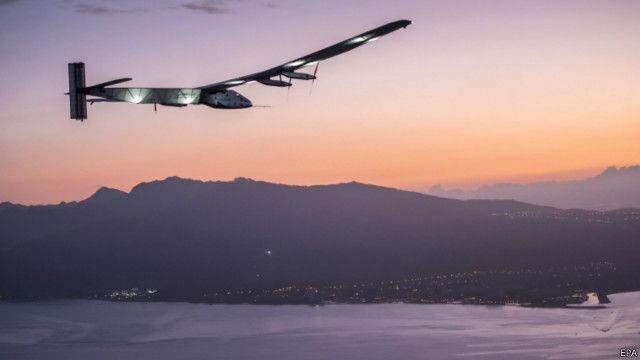 Solar Impulse menjelang pendaratan di Hawaii.