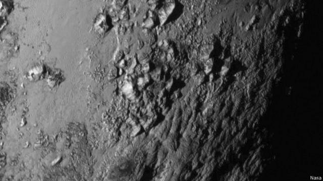 La imagen de alta resolución permite ver claramente la topografía rugosa de Plutón.