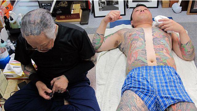 Мастер тату с клиентом