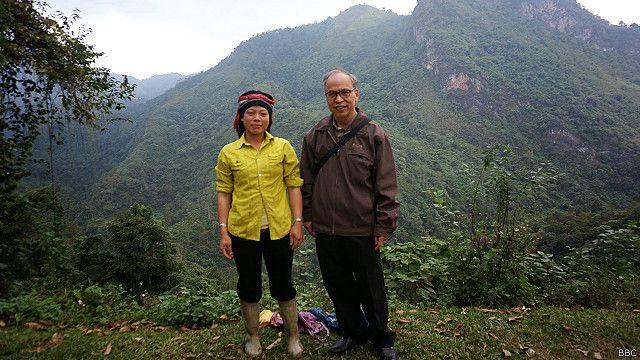 Blogger Phạm Viết Đào đã thăm lại chiến trường cũ Vị Xuyên và chụp hình với người địa phương