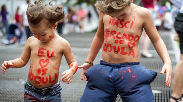 """Дети с надписью """"Я родился рядом с дулой"""" на груди"""