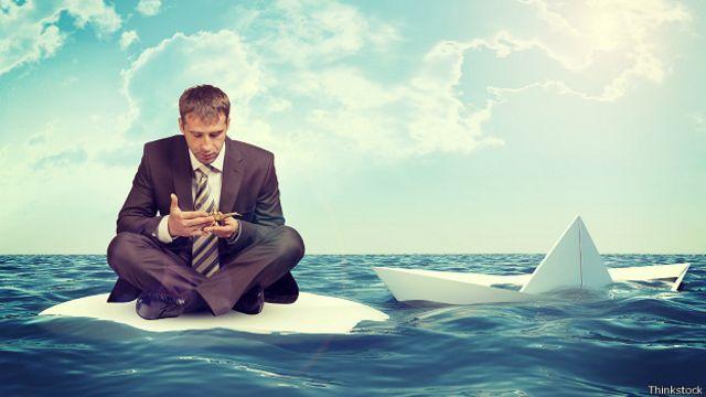 Бизнесмен и тонущий бумажный кораблик