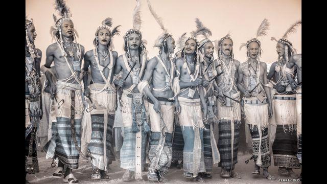 دوی د خوښۍ لمانځلو لپاره خپلې دودیزې جامې اغوندي.