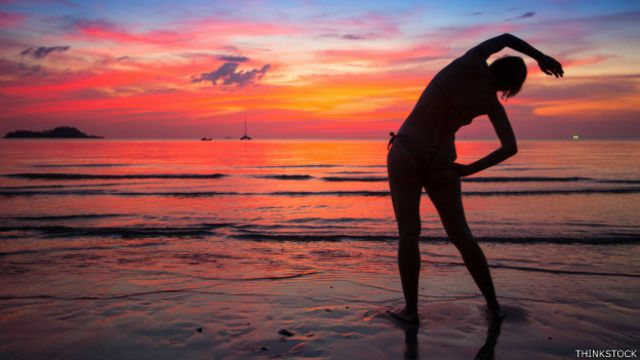 Una persona haciendo ejercicio en la playa