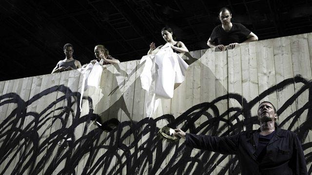 نمایی از شاه لیر به کارگردانی اولیویه پی، مدیر جشنواره