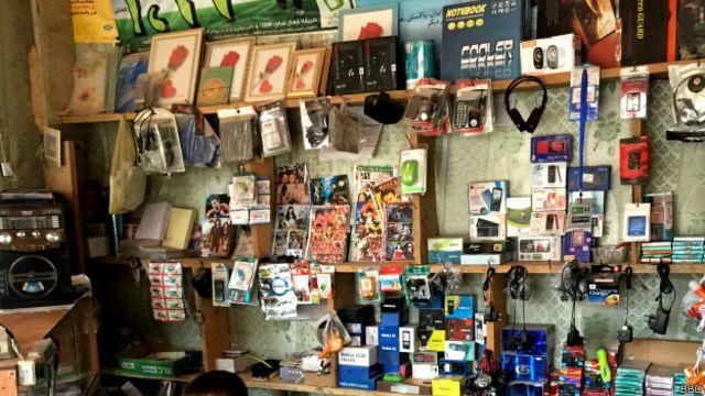 مغازه فروش وسایل موبایل و کامپیوتر در نییک مرکز ولسوالی یکاولنگ بامیان
